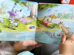 kinderhandjes houden prentenboek vast, giraf gaat slapen review