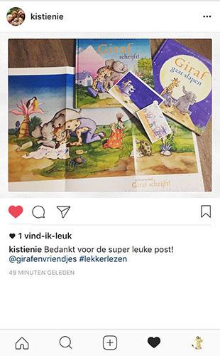 boek en pster met ansichtkaarten Giraf schrijft! foto op instagram