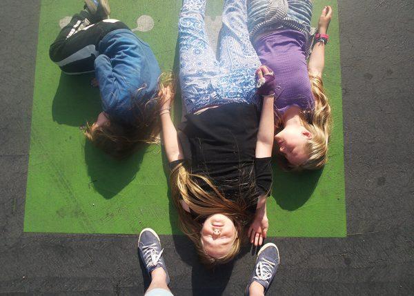 kinderen liggen op een zebrapad in frankrijk