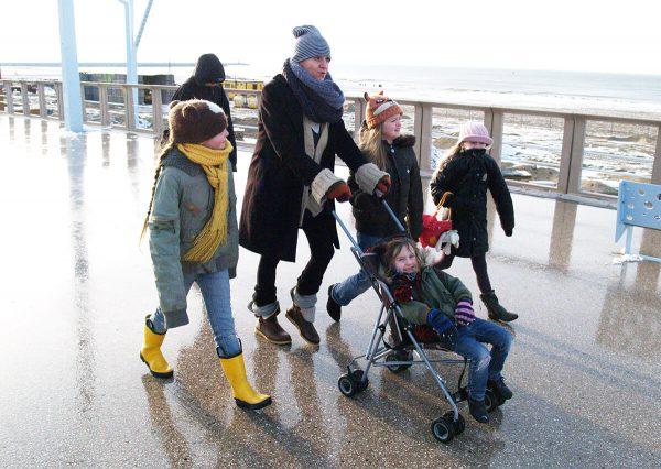 marie-louise met kinderen aan het wandelen op scheveningen boulevard, opvoeden