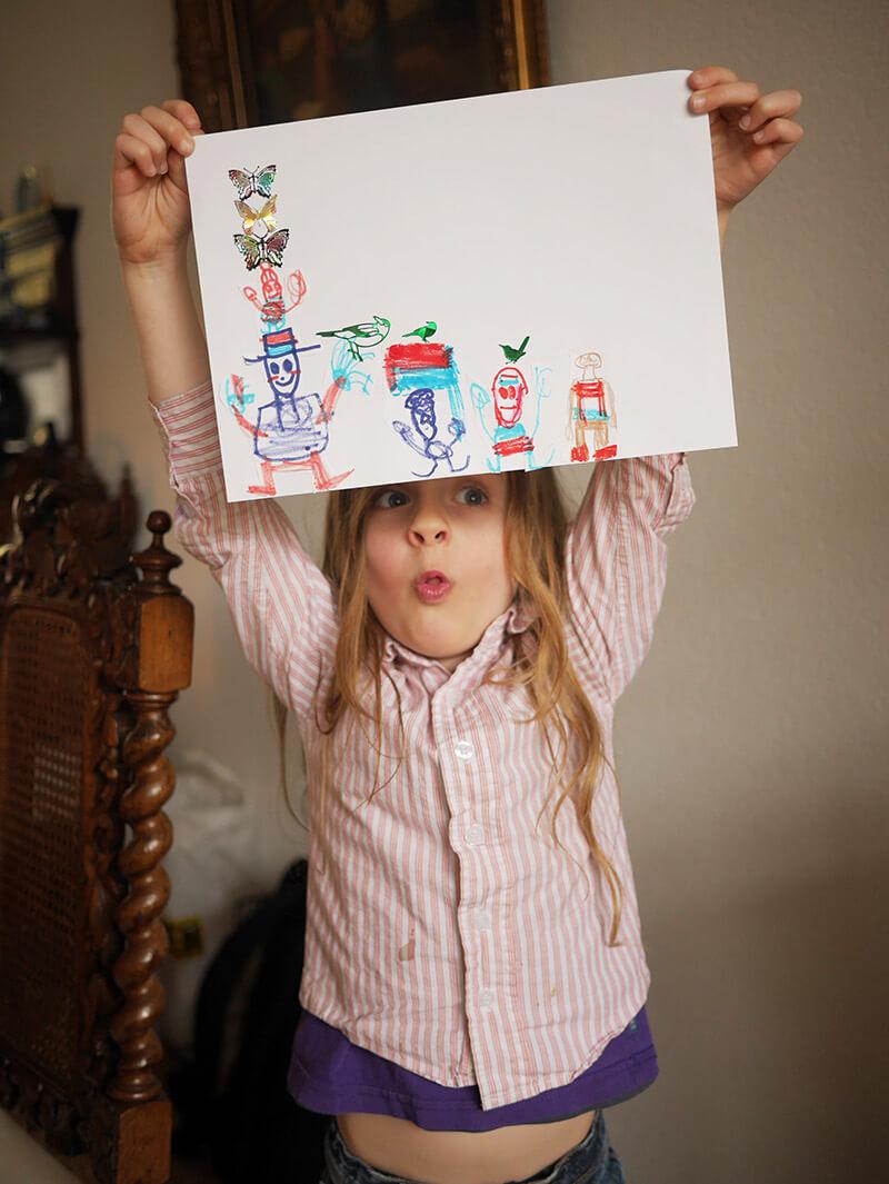 Lolo houd tekening boven zijn hoofd en trekt een gek gezicht