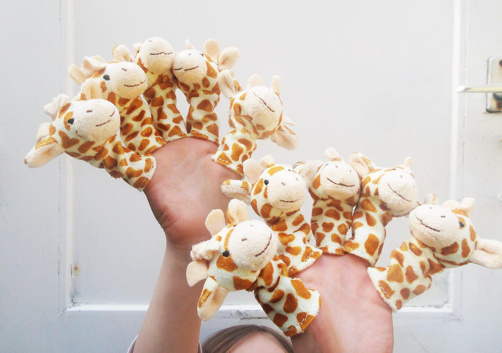 kinderhanden met 10 giraf vingerpopjes