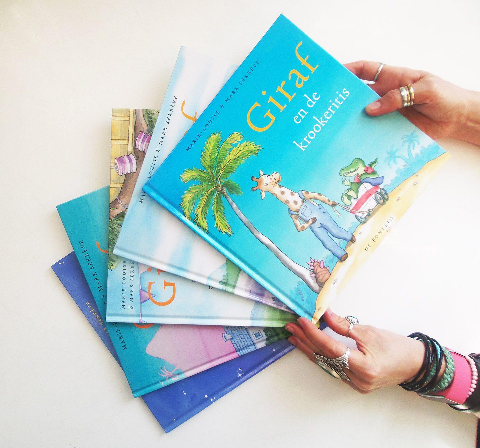 waaier van prentenboeken Giraf met de handen vol met ringen en armbanden van marie-louise sekreve