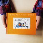 feel good boekje, ik blijf bij jou pinguin max deel 2, kinderhanden houden het boekje vast